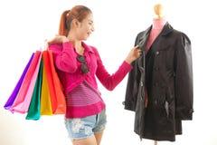 Mujer que intenta la nueva ropa Imágenes de archivo libres de regalías