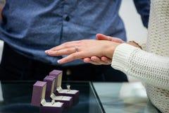 Mujer que intenta un anillo de diamante imágenes de archivo libres de regalías