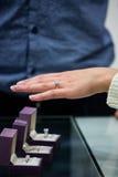 Mujer que intenta un anillo de diamante fotos de archivo
