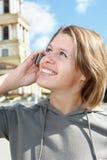 Mujer que invita al teléfono Imagenes de archivo