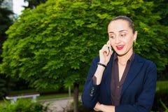 Mujer que invita al teléfono Foto de archivo libre de regalías