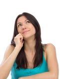 Mujer que invita al teléfono celular móvil y que mira para arriba smilling Imagen de archivo libre de regalías