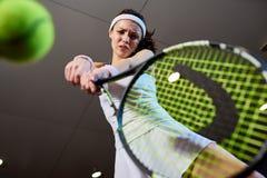 Mujer que juega ángulo bajo del tenis Fotografía de archivo libre de regalías