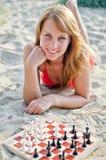 Mujer que juega a ajedrez Imagen de archivo libre de regalías