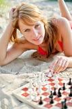 Mujer que juega a ajedrez Imagenes de archivo