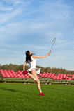 Mujer que juega al juego del bádminton en el estadio Foto de archivo