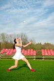 Mujer que juega al juego del bádminton en el parque Foto de archivo