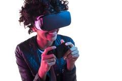 Mujer que juega al juego en vidrios de VR Imágenes de archivo libres de regalías