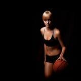Mujer que juega con baloncesto Fotografía de archivo libre de regalías
