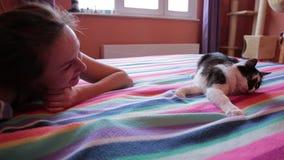 Mujer que juega con el gato almacen de video
