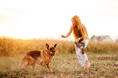 Mujer que juega con el perro Fotografía de archivo libre de regalías