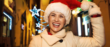 Mujer que juega con el sombrero de la Navidad en Florencia, Italia Imagenes de archivo