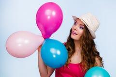 Mujer que juega con muchos globos coloridos Fotografía de archivo libre de regalías