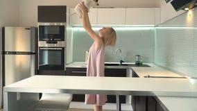 Mujer que juega con su perro en casa