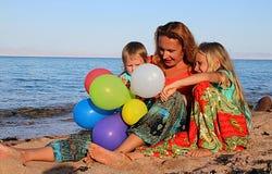 Mujer que juega con sus hijas Imágenes de archivo libres de regalías