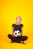 Mujer que juega con un balón de fútbol Foto de archivo