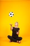 Mujer que juega con un balón de fútbol Imagen de archivo libre de regalías