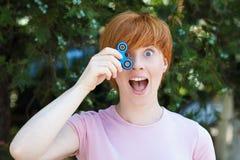 Mujer que juega con un juguete popular del hilandero de la persona agitada, un juguete del alivio de la ansiedad, una tensión ant Imagen de archivo libre de regalías