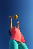 Mujer que juega con una bola Foto de archivo libre de regalías