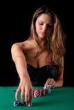 Mujer que juega el póker Imagen de archivo