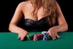 Mujer que juega el póker Fotografía de archivo