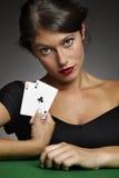 Mujer que juega el póker con pares de as fotos de archivo libres de regalías