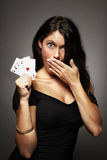 Mujer que juega el póker en su mano fotos de archivo