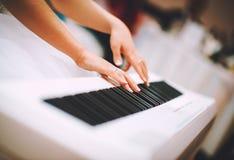 Mujer que juega el piano Imagen de archivo