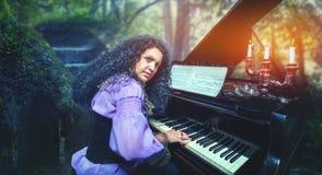 Mujer que juega el piano Fotos de archivo