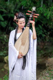 Mujer que juega el pipa Fotografía de archivo libre de regalías