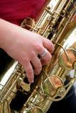 Mujer que juega el saxofón Foto de archivo libre de regalías