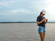 Mujer que juega el teléfono y la naturaleza imágenes de archivo libres de regalías