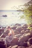 Mujer que juega el ukelele en la playa imagen de archivo libre de regalías
