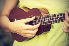 Mujer que juega el ukelele, estilo del vintage Imagen de archivo libre de regalías