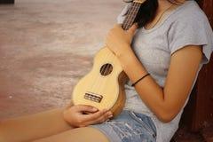 Mujer que juega el ukelele, estilo del vintage Fotografía de archivo