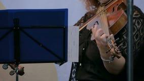 Mujer que juega el violín almacen de metraje de vídeo