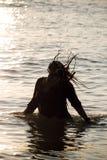 Mujer que juega en agua Foto de archivo libre de regalías