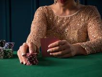 Mujer que juega en casino imagen de archivo