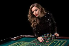 Mujer que juega en casino La mujer estaca pilas de microprocesadores que juegan rou Imagen de archivo