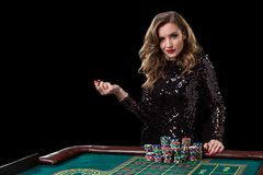 Mujer que juega en casino La mujer estaca pilas de microprocesadores que juegan rou Fotos de archivo libres de regalías