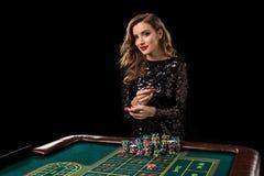 Mujer que juega en casino La mujer estaca pilas de microprocesadores que juegan rou Fotografía de archivo libre de regalías