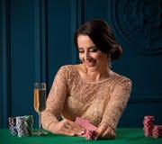 Mujer que juega en el casino imagen de archivo libre de regalías