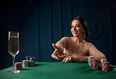 Mujer que juega en el casino foto de archivo libre de regalías