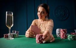Mujer que juega en el casino fotos de archivo