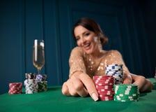 Mujer que juega en el casino imagen de archivo