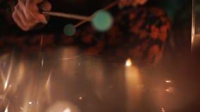 Mujer que juega en el tambor de acero de la lengua Chica joven que juega en el tambor del tanque con los palillos Escapes ligeros metrajes