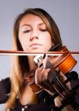 Mujer que juega en el violín Imagenes de archivo