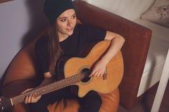 Mujer que juega en la guitarra Fotos de archivo