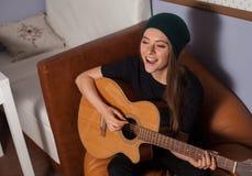 Mujer que juega en la guitarra Imágenes de archivo libres de regalías