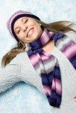 Mujer que juega en nieve Fotos de archivo libres de regalías